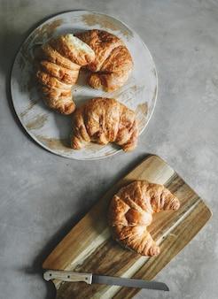 Croissants auf einem frühstückstisch