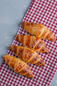 Croissants auf gips und picknicktuch. flach liegen.