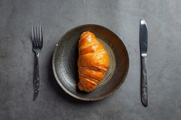 Croissants auf schwarzem hintergrund.