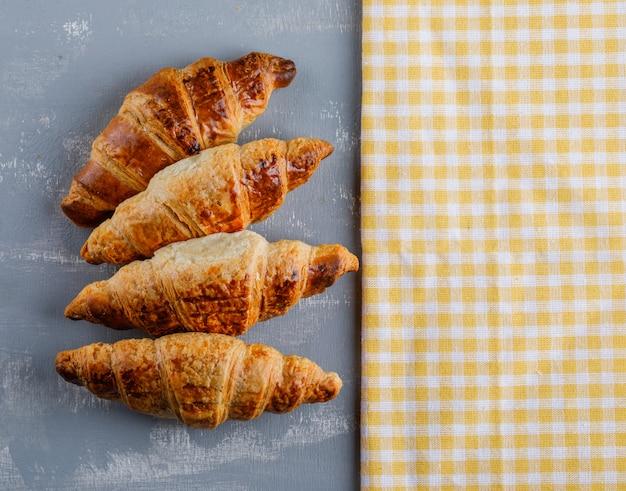 Croissants flach auf gips und küchentuch liegen