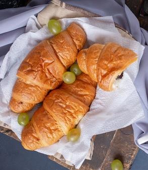 Croissants mit grünen trauben