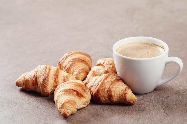 Croissants mit kaffeetasse