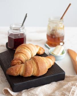 Croissants mit marmelade und honig im skandinavischen stil