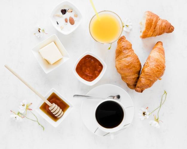 Croissants mit marmeladenhonig und kaffee