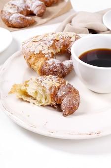 Croissants mit schwarzem kaffee