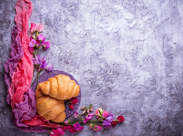 Croissants und blumen