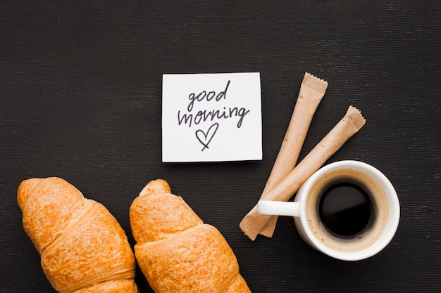 Croissants und eine tasse kaffee