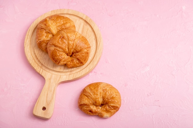 Croissants und holzbrett