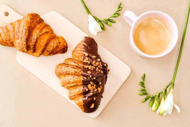 Croissants und kaffee.