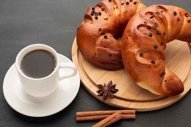 Croissants und leckerer kaffee