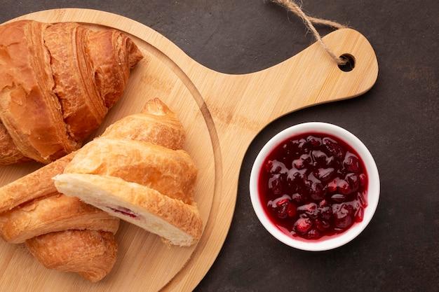 Croissants und süße marmelade lagen flach