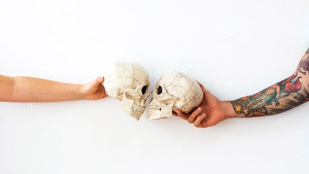 Crop arms machen schädel küssen