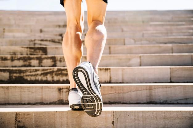 Crop beine sprinten nach oben