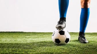 Crop Beine und Ball auf dem Feld