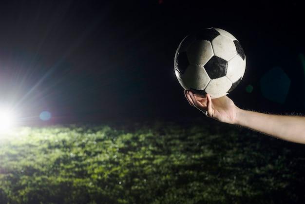 Crop hand mit fußball