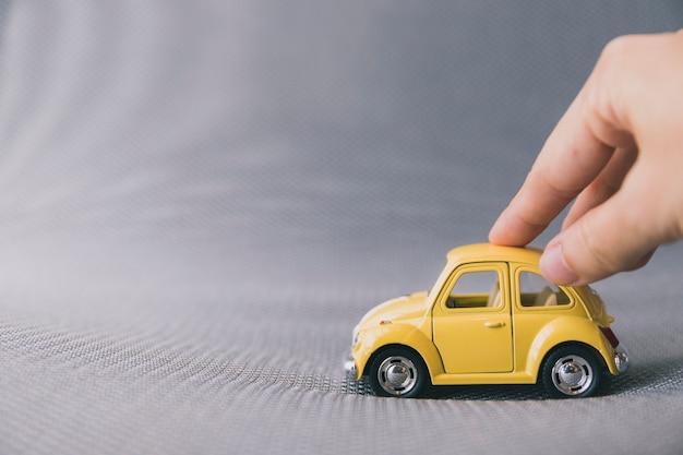 Crop hand mit spielzeugauto spielen