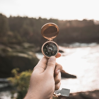 Crop hand mit vintage kompass
