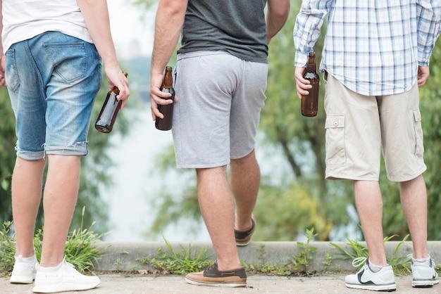 Crop männer mit bier bewundern die natur