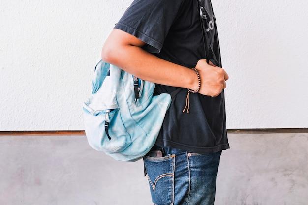 Crop mann mit rucksack