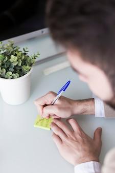 Crop mann schreiben auf notizzettel