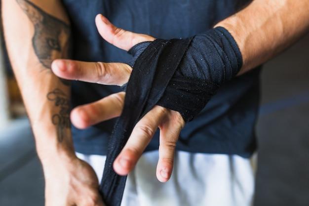 Crop mann taping hand mit band