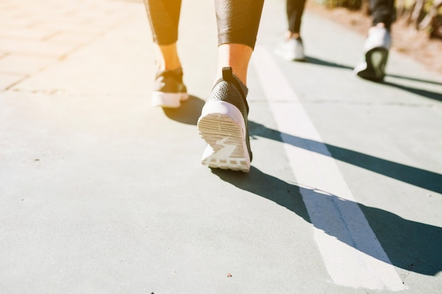 Crop menschen auf der straße laufen