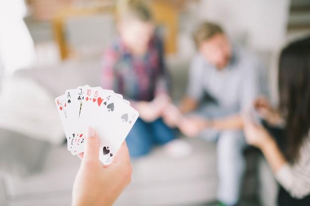 Crop person mit karten mit freunden spielen