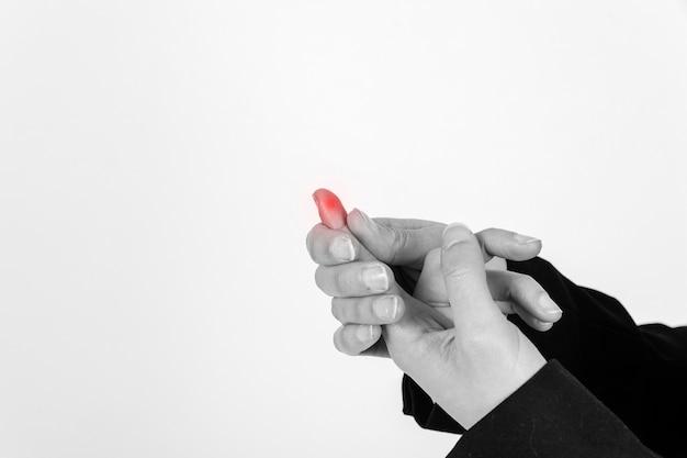 Crop person mit verletzten finger