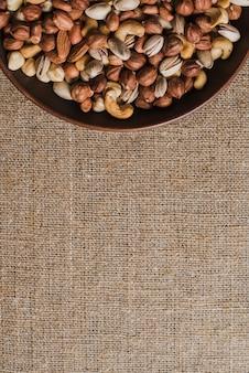Crop schüssel mit sortierten nüssen