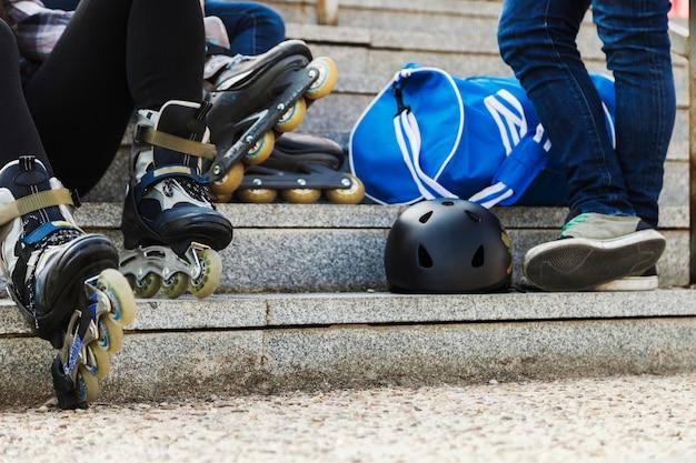Crop skates sitzen auf den stufen
