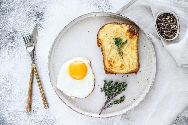 Croque monsieur ist ein traditionelles französisches sandwich mit geröstetem käse und schinken und bechamelsauce. draufsicht