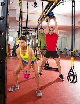 Crossfit-fitness kettlebells schwingen übungstraining im fitnessstudio