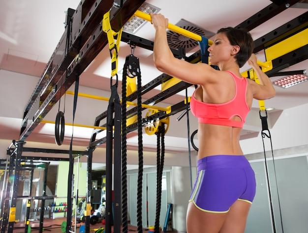 Crossfit-fitness-zehen, um mann-pull-ups 2 bars mit trx zu blockieren