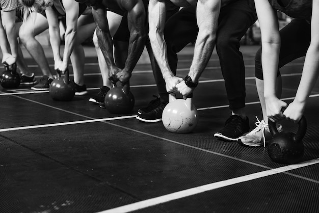 Crossfit-gruppe im fitnessstudio