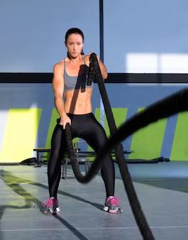 Crossfit-kampfseile im fitnessstudio trainieren