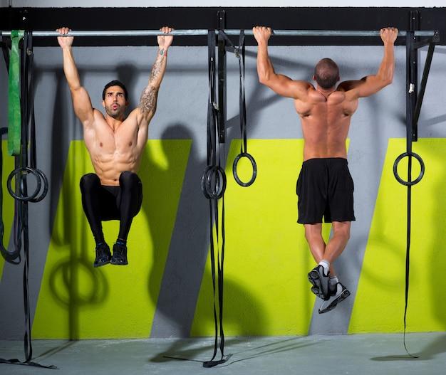 Crossfit-zehen, um herren-pull-ups 2 bars zu trainieren