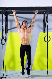 Crossfit-zehen, um mann-pull-ups 2 bars zu trainieren