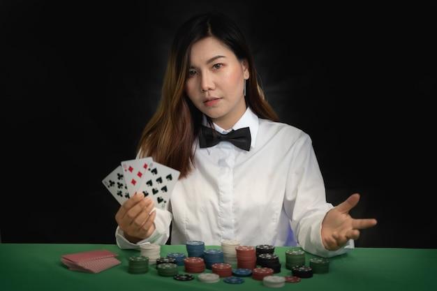 Croupier zeigt pokerkarten in einem casino
