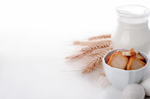 Crouton-stapel in einer porzellanschüssel
