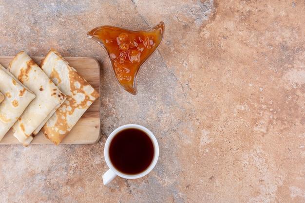 Crpes mit feigenkonfitüre und einer tasse tee