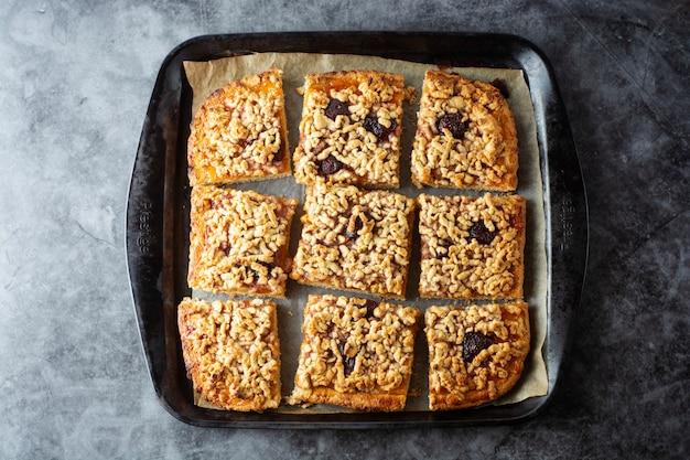 Crumble obstkuchen. selbst gemachte süße tortenscheiben in der backform. ansicht von oben.