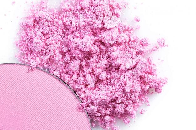 Crushed rosa lidschatten und erröten isoliert auf weißem hintergrund
