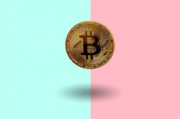 Cryptocurrency-konzept der harten gabel. schwimmende goldene bitcoin