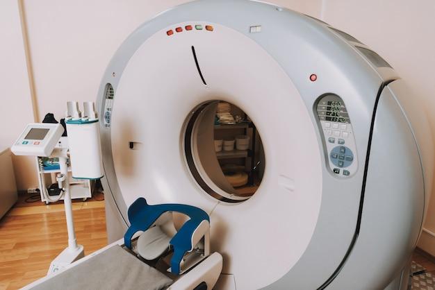 Ct-scanner mit couch in der krankenhausklinikversorgung.