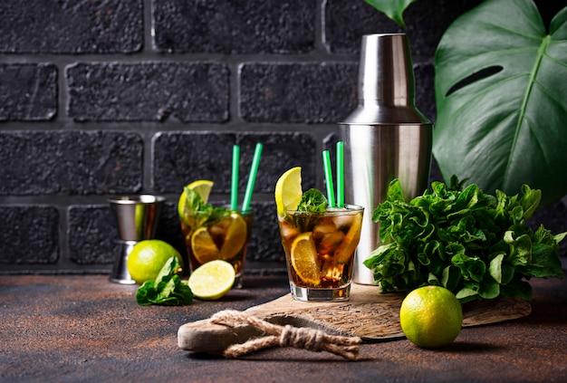 Cuba libre cocktail mit minze und limette