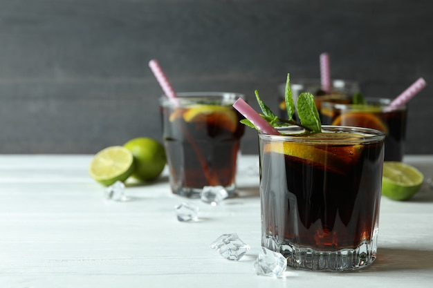 Cuba libre cocktails auf holztisch gegen dunkle oberfläche