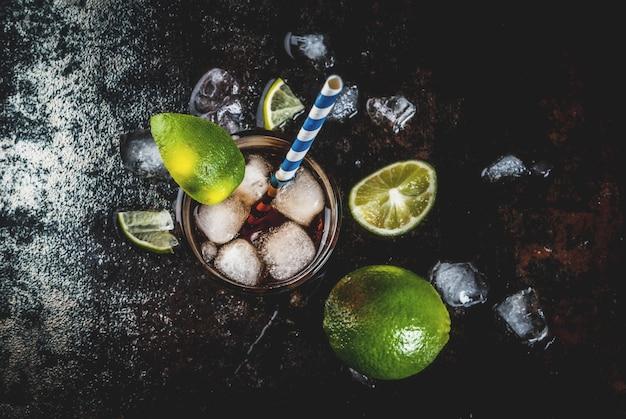 Cuba libre, long island oder eistee-cocktail mit starkem alkohol, cola, limette und eis, zwei gläser