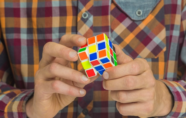 Cube rubik in den händen.