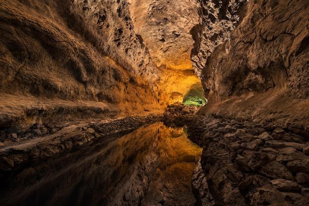 Cueva de los verdes. touristenattraktion in lanzarote, erstaunliches vulkanisches lavagefäß.