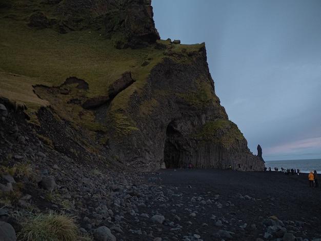Cueva en las piedras de islandia reynisfjar